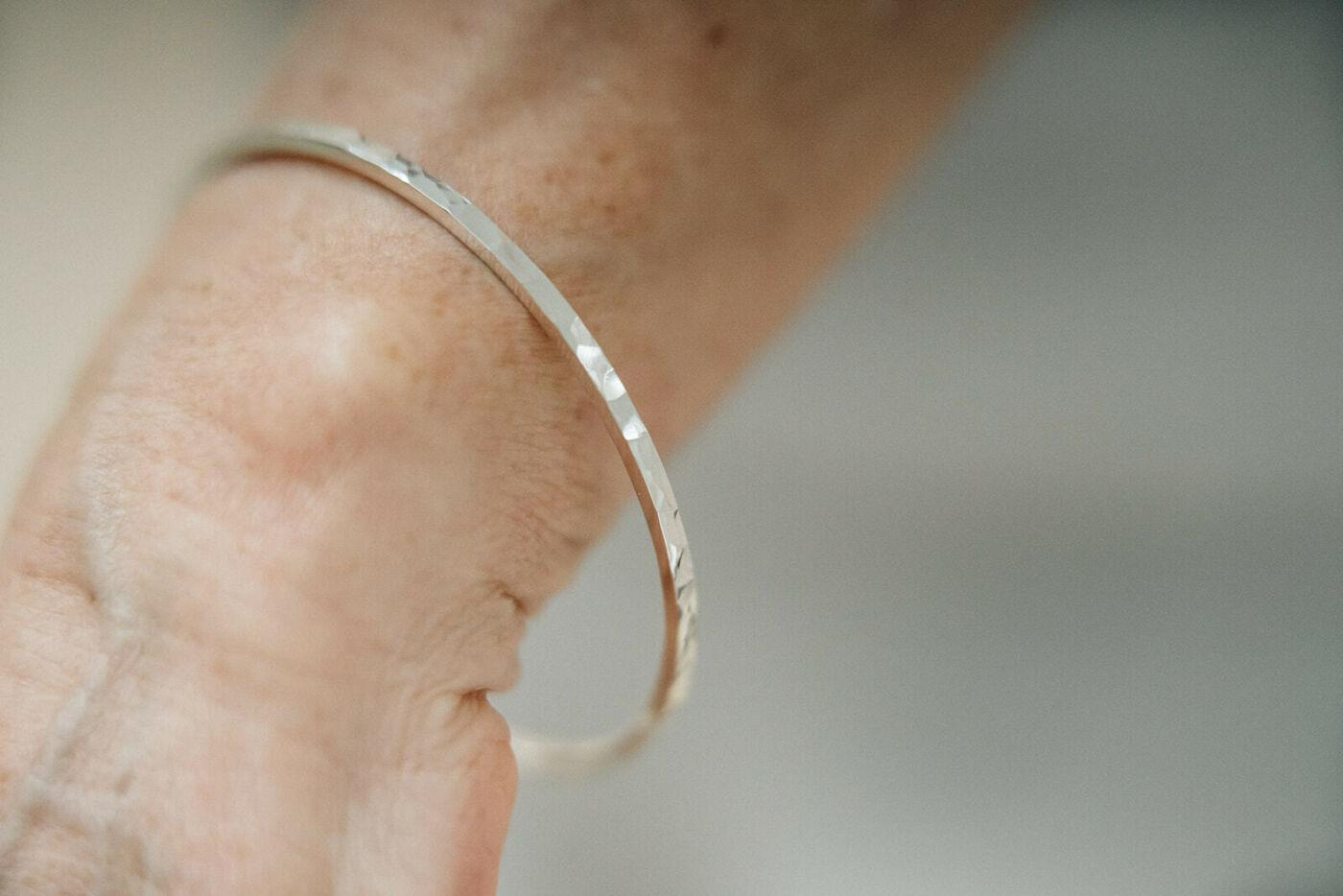 Square bracelet hammered finishing 2